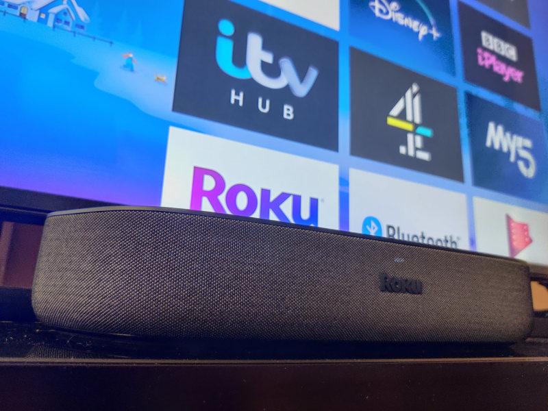 Roku Streambar under tv